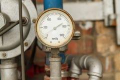 Indicador de presión conectado con los tubos Fotos de archivo