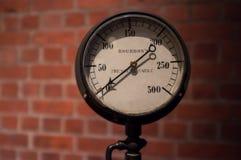 Indicador de presión del vintage en fondo borroso de la pared de ladrillo Imagen de archivo