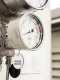 Indicador de presión e indicador llano en suministro de gas del líquido criogénico imágenes de archivo libres de regalías