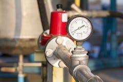 Indicador de presión en una planta de gas natural Imágenes de archivo libres de regalías