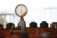 Indicador de presión usando medida la presión en proceso de producción Proceso del petróleo y gas de la supervisión del trabajado Foto de archivo