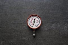 Indicador de presión viejo en fondo negro Fotografía de archivo libre de regalías