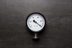 Indicador de presión viejo en fondo negro Foto de archivo