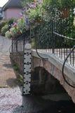 Indicador de profundidade do córrego em Devon Reino Unido imagens de stock royalty free