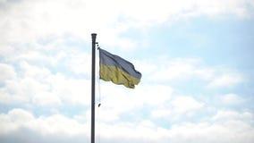 Indicador de Ucrania contra el cielo azul, bandera instalada en asta de bandera en Kiev almacen de metraje de vídeo