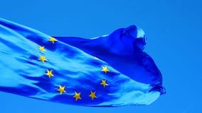 Indicador de unión europea en el viento metrajes
