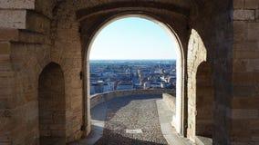 Indicador decorativo de um tenement histórico A cidade velha Ajardine na porta velha nomeada porta de San Giacomo e a cidade mais filme