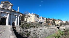 Indicador decorativo de um tenement histórico A cidade velha Paisagem na porta antiga Porta San Giacomo e as paredes Venetian vídeos de arquivo