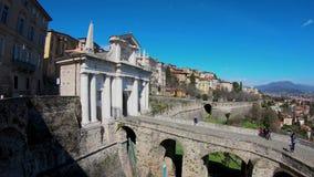 Indicador decorativo de um tenement histórico A cidade velha Paisagem na porta antiga Porta San Giacomo e as paredes Venetian filme