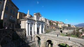 Indicador decorativo de um tenement histórico A cidade velha Paisagem na porta antiga Porta San Giacomo e as paredes Venetian video estoque