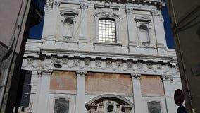 Indicador decorativo de um tenement histórico A fachada da igreja de Sant' Alessandro della Croce video estoque