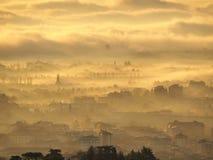 Indicador decorativo de um tenement histórico Paisagem de surpresa da cidade coberta pela névoa que levanta-se da planície no out fotografia de stock