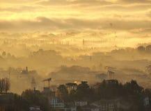 Indicador decorativo de um tenement histórico Paisagem de surpresa da cidade coberta pela névoa que levanta-se da planície no out imagens de stock
