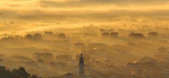 Indicador decorativo de um tenement histórico Paisagem de surpresa da cidade coberta pela névoa que levanta-se da planície no out imagem de stock