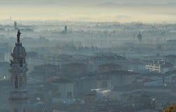Indicador decorativo de um tenement histórico Paisagem de surpresa da cidade coberta pela névoa que levanta-se da planície no out foto de stock