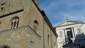 Indicador decorativo de um tenement histórico A sede antiga da administração e a fachada de Saint Alexander Cathedral vídeos de arquivo