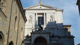 Indicador decorativo de um tenement histórico A sede antiga da administração e a fachada de Saint Alexander Cathedral filme