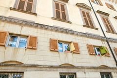Indicador decorativo de um tenement histórico Vista de uma construção antiga alta com grandes janelas Imagens de Stock Royalty Free