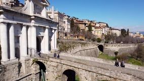 Indicador decorativo de um tenement hist?rico A cidade velha Paisagem na porta antiga Porta San Giacomo e as paredes Venetian video estoque