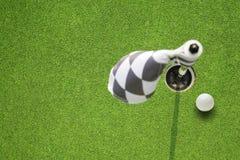 Indicador del agujero del golf en un campo Imágenes de archivo libres de regalías