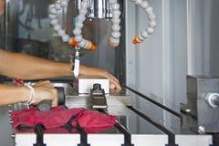 Indicador del dial de la disposición del hombre para fijar el trabajo de la balanza después de cortar o Fotografía de archivo libre de regalías