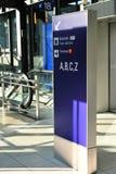 Indicador del panel del aeropuerto para la dirección terminal foto de archivo
