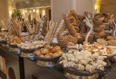 Indicador do pão em um bufete do hotel fotografia de stock royalty free