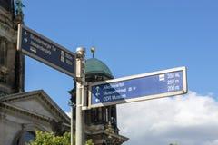 Indicador do sentido e de distância da rua em Berlim Fotografia de Stock Royalty Free