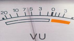 Indicador do sinal análogo com seta Medidor do sinal audio nos decibéis filme