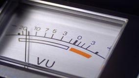 Indicador do sinal análogo com seta Medidor do sinal audio nos decibéis vídeos de arquivo