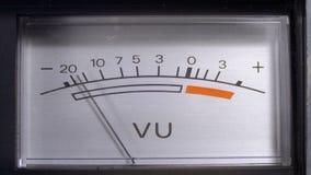 Indicador do sinal análogo com seta Medidor do sinal audio nos decibéis video estoque