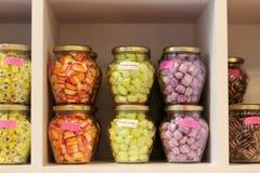 Indicador dos doces em uns frascos em uma loja em Bruges Foto de Stock