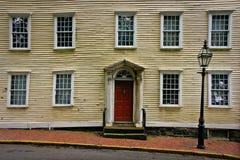 Indicador e lampost velhos da porta do edifício histórico Fotografia de Stock