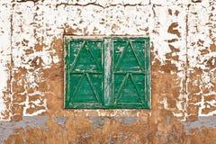 Indicador fechado em uma casa abandonada fotografia de stock