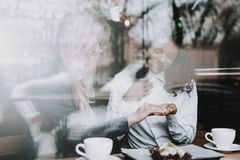 Indicador Menina loura mulatto sente-se Café Café imagens de stock royalty free