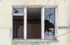 Indicador quebrado Casa de moradia abandonada em Rússia imagens de stock