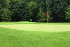 Indicador rojo en un campo de golf Imágenes de archivo libres de regalías