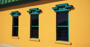Indicador três na parede amarela Foto de Stock