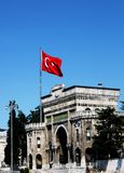 Indicador turco sobre el edificio de la universidad Foto de archivo