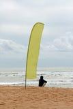 Indicador y persona en la playa Fotografía de archivo