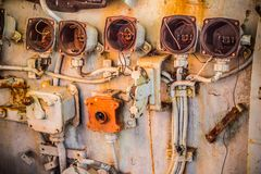 Indicador y regulador circulares quebrados y muy viejos con la maneta palanca dentro de la carlinga del barco de la Armada abando Fotografía de archivo