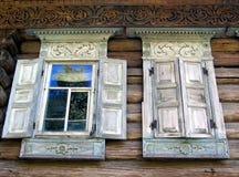 Indicadores abertos e fechados de uma casa de campo velha Imagem de Stock