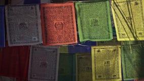 Indicadores budistas del rezo en Nepal almacen de metraje de vídeo