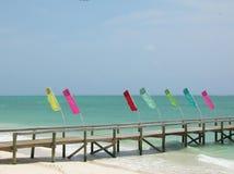 Indicadores coloridos en un embarcadero solo Foto de archivo libre de regalías