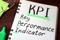 Indicadores de desempenho chaves KPI escrito em um bloco de notas Imagem de Stock Royalty Free