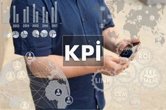 Indicadores de desempenho chaves KPI no tela táctil com um borrão Fotos de Stock Royalty Free