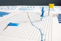 Indicadores de desempenho da chave de KPI Aderências de polegar e papéis de negócio imagens de stock