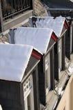 Indicadores de dormer nevado na construção velha fotografia de stock