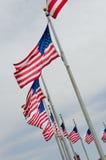 Indicadores de los E.E.U.U. en astas de bandera Imagen de archivo