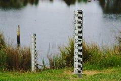 Indicadores de nível de água da inundação foto de stock royalty free